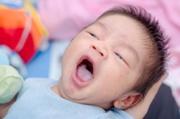 почему белый налет на языке у новорожденного