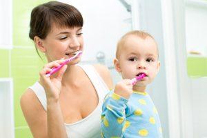 Когда можно чистить молочные зубы