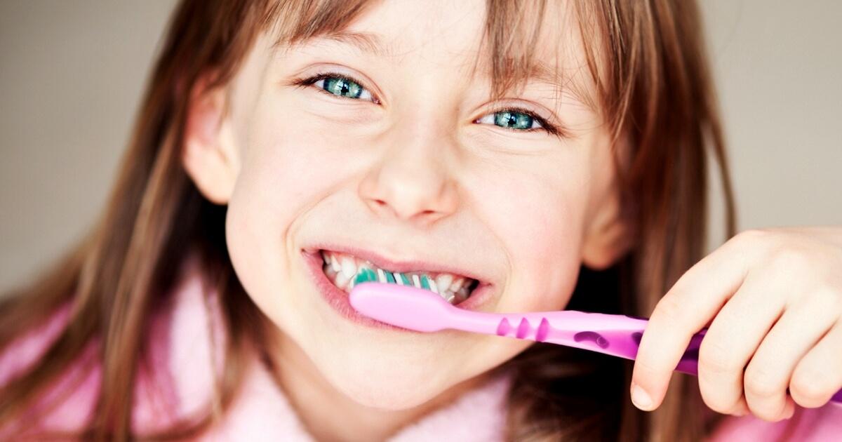 когда рекомендуется начинать ребенку чистить зубы