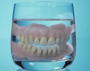 как хранить съемные зубные протезы