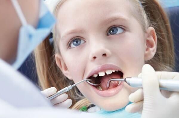 причины возникновения щелей между зубами