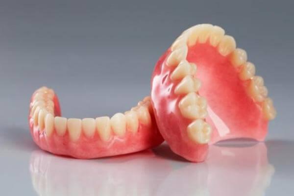 ассортимент зубных протезов из нейлона