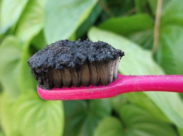 смесь зубной пасты и активированного угля