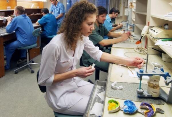 как делают пластмассовые коронки на передние зубы