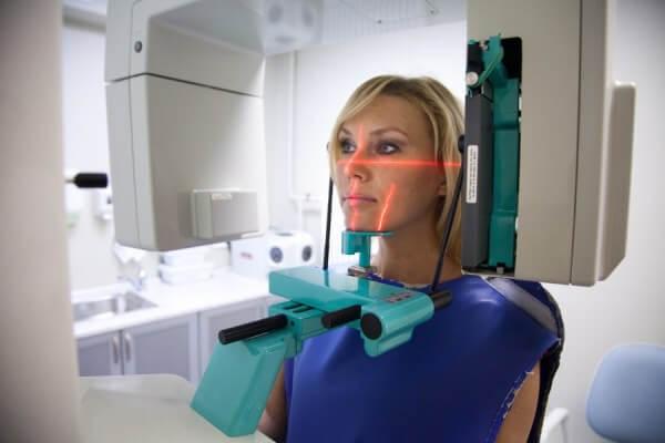 Как делают панорамный снимок зубов