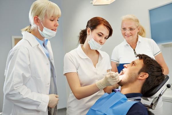 кто помогает стоматологу хирургу