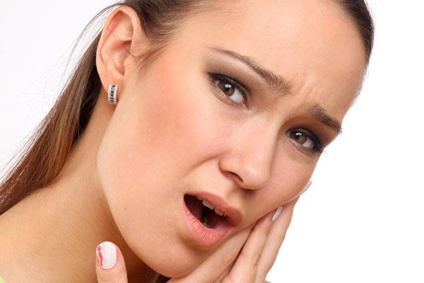 Что можно делать, когда болит живой зуб под коронкой