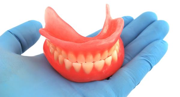 Почему зубной протез натирает десны и что предпринять