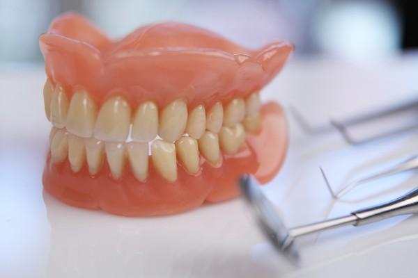 Сколько служат зубные протезы на присосках