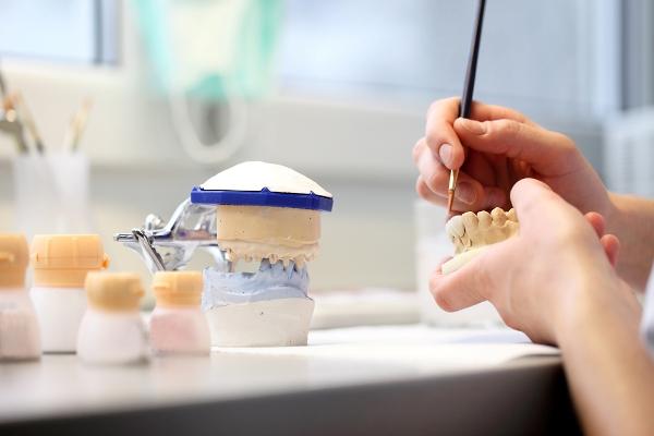 Особенности материалов применяемых для изготовления зубных протезов