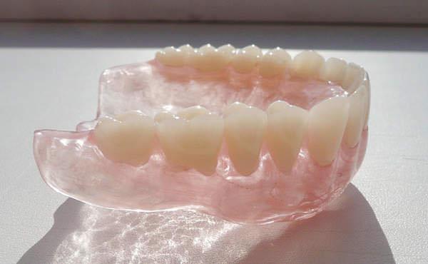 Где можно поставить протезы зубные недорого