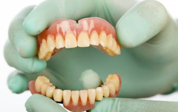 Положено ли пенсионерам бесплатное протезирование зубов или скидки