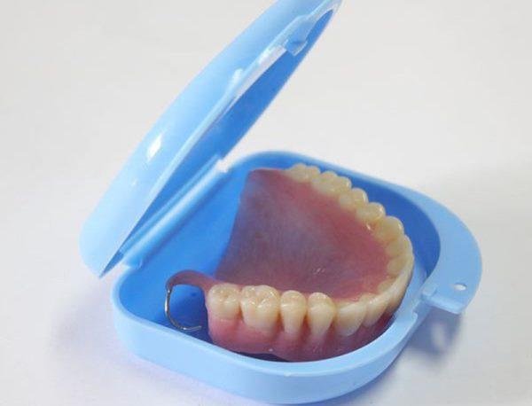 Какие функции выполняет контейнер для зубных протезов