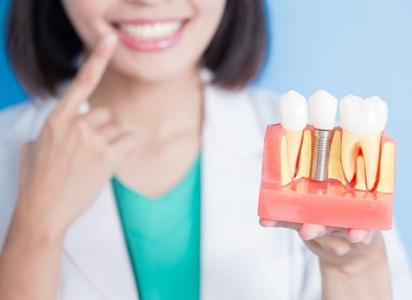 Сколько дней болит десна после имплантации зубов
