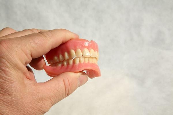 Почему болтается зубной протез и что можно предпринять